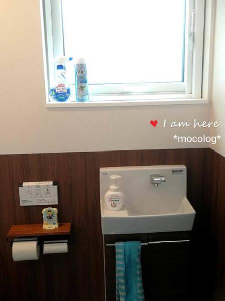 手洗い器とペーパーホルダー