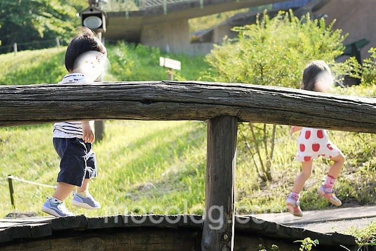 橋で遊ぶ子どもたち