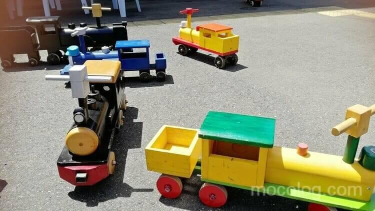 たくさんの木製汽車