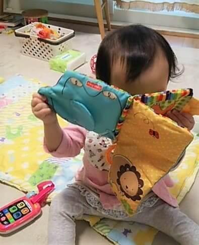 布絵本と電話のおもちゃ