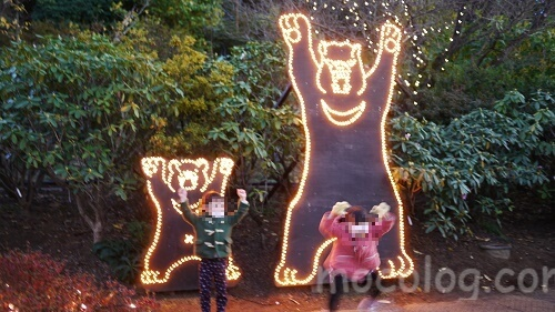 クマの真似をする子どもたち